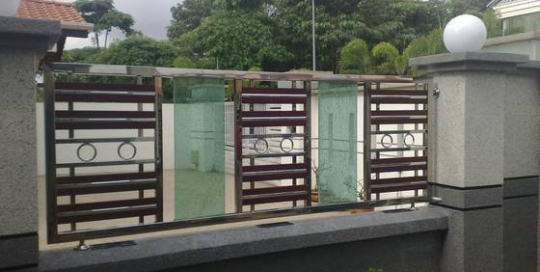 Stainless steel fencing with glass panel