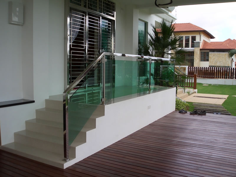 Stainless steel staircase railing and glass balustrade