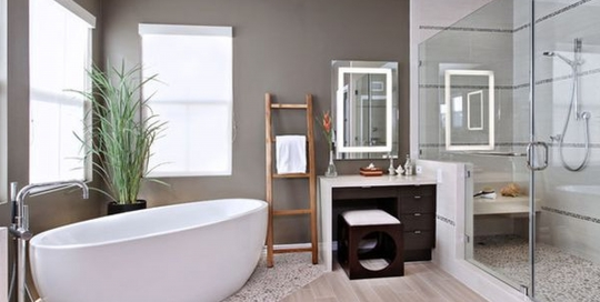 Relaxing and pampering bathroom design with glass panel