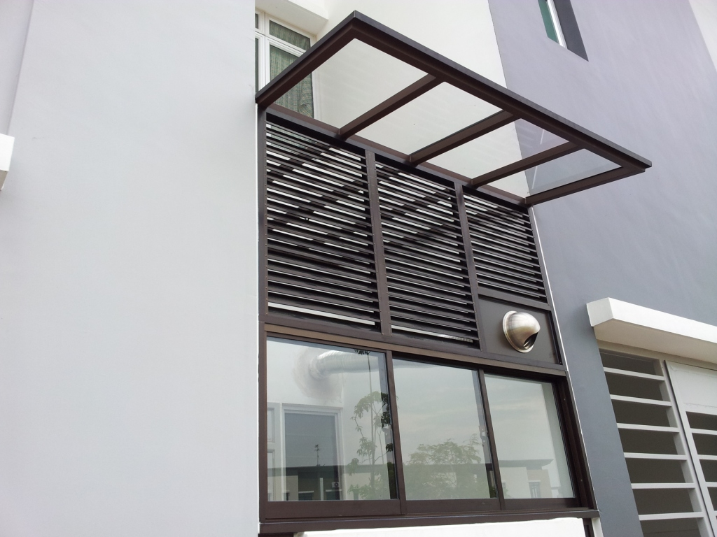 Back yard clear polycarbonate panel skylight with good ventilation and lighting penetration louver panels wall
